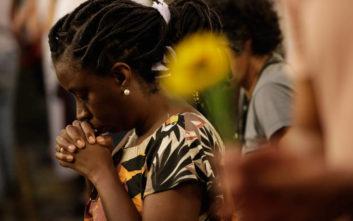 Η πόλη Σουζάνο αποχαιρετά τα θύματα της επίθεσης στο σχολείο
