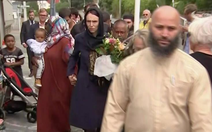 Η πρωθυπουργός της Νέας Ζηλανδίας με μαντήλα στο σημείο του μακελειού
