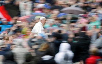 Λύθηκε το μυστήριο γιατί ο Πάπας τραβούσε το χέρι του όταν οι πιστοί προσπαθούσαν να τον φιλήσουν
