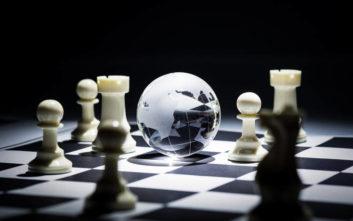 Τα αδιόρατα νήματα που διαμορφώνουν τη γεωπολιτική σκακιέρα