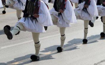 Ράγισαν καρδιές για τον εύζωνα που παρήλασε φορώντας την φουστανέλα του νεκρού Σπύρου Θωμά