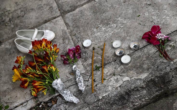 Τα λευκά παιδικά παπουτσάκια στο σημείο της τραγωδίας στον Νέο Κόσμο