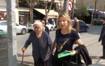 «Δεν θα ξαναπουλήσω παντόφλες», λέει η 90χρονη που συνελήφθη σε λαϊκή