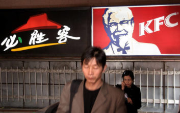 Οι γίγαντες του fast food κάνουν τα πάντα για να κατακτήσουν τη μεγαλύτερη αγορά του κόσμου