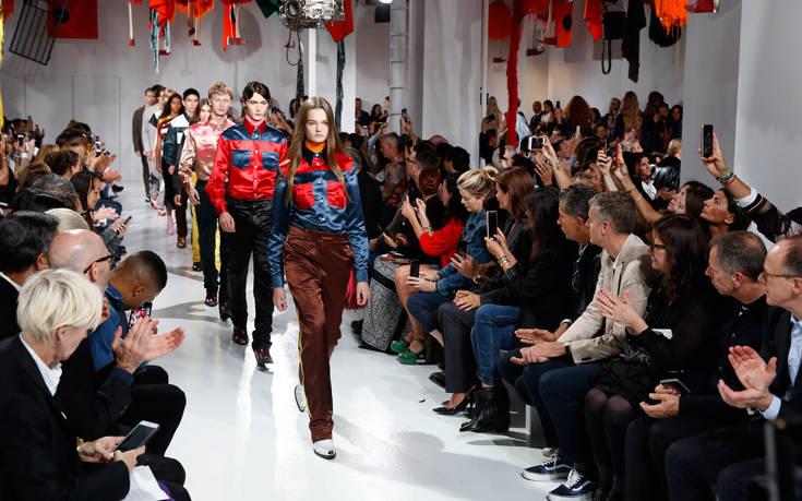 Ο Calvin Klein εγκαταλείπει τη μόδα πολυτελείας