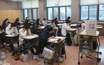 Καθηγήτρια υποχρέωσε τους φοιτητές της να γράψουν τη διπλωματική της κόρης της