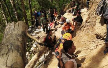 Σβήνουν οι ελπίδες για επιζώντες στο χρυσωρυχείο που κατέρρευσε στην Ινδονησία