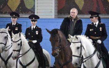 Έφιππος ο Πούτιν τίμησε την Παγκόσμια Ημέρα της Γυναίκας