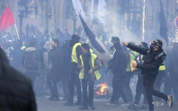 Νέες συγκρούσεις αστυνομικών με τα «κίτρινα γιλέκα» στο Παρίσι