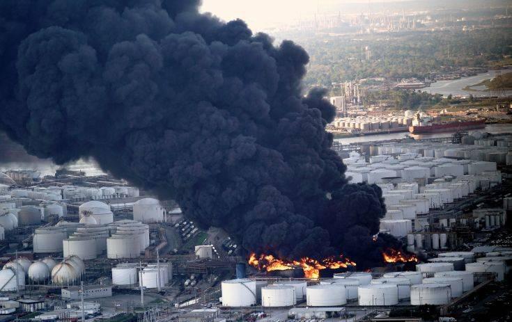 Μαίνεται για τρίτη μέρα μεγάλη πυρκαγιά σε εργοστάσιο στο Χιούστον