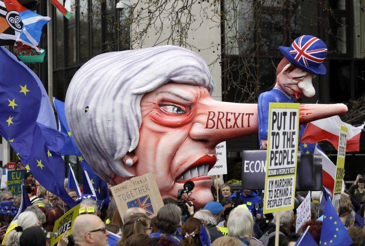Στους δρόμους του Λονδίνου εκατοντάδες χιλιάδες Βρετανοί κατά του Brexit