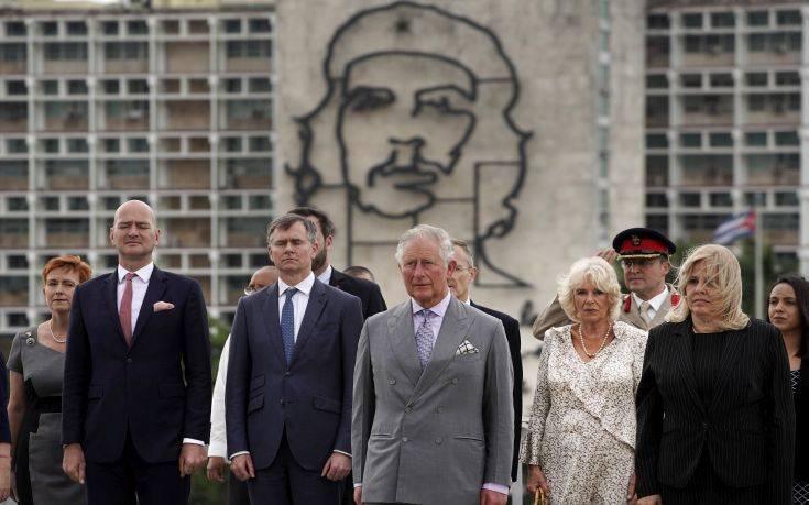 Υπό το βλέμμα του Τσε, ο Κάρολος και η Καμίλα έφτασαν στην Κούβα