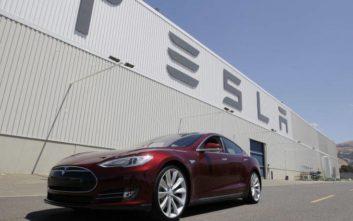 Ο Ίλον Μασκ απειλεί να μεταφέρει από την Καλιφόρνια τις εγκασταστάσεις της Tesla λόγω lockdown