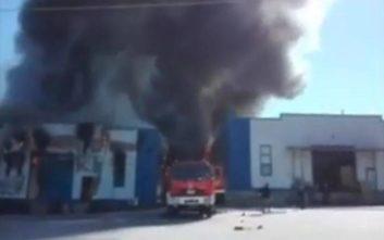 Εικόνες από τη μεγάλη πυρκαγιά στην αποθήκη χαρτικών