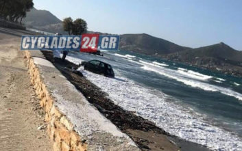 Προσπάθησε να αποφύγει λακκούβα και έκανε «βουτιά» με το αυτοκίνητο σε παραλία της Πάρου