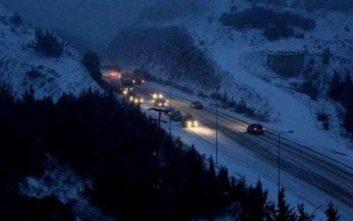 Δείχνει τα δόντια της η κακοκαιρία με έντονη χιονόπτωση, αυτοκίνητα κολλημένα σε εθνικές οδούς
