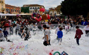 Με γιαουρτομαχίες και αφρούς γιόρτασαν την Αποκριά στο Ναύπλιο