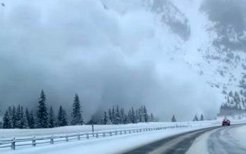 Η στιγμή που χιονοστιβάδα «καταπίνει» αυτοκινητόδρομο
