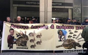 Ο Τσίπρας αρμέγει λαγούς και ο Πολάκης κουρεύει χελώνες για την ΠΟΕΔΗΝ