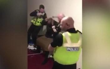 Σάλος στη Μεγάλη Βρετανία με βίντεο που δείχνει αστυνομικούς να χτυπούν άνδρα