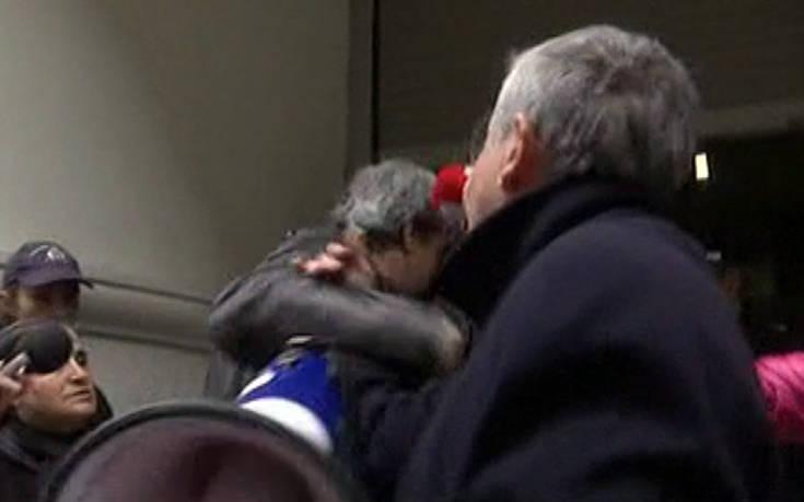 Ο Πολάκης πήρε την ντουντούκα και άρχισε να μιλάει στους διαδηλωτές