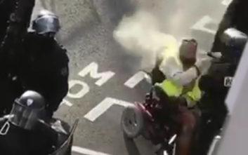 Γάλλος αστυνομικός ψεκάζει με σπρέι πιπεριού άνδρα σε αναπηρικό αμαξίδιο
