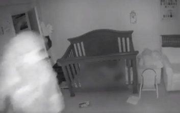 Τρόμαξαν οι γονείς με αυτό που είδαν στην οθόνη που παρακολουθούν το μωρό τους