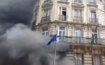 Έβαλαν φωτιά σε τράπεζα στο Παρίσι, μητέρα με το μωρό της εγκλωβίστηκαν σε μπαλκόνι