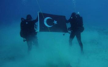 Τούρκοι δύτες φωτογραφήθηκαν με την τουρκική σημαία στον βυθό της Σούδας