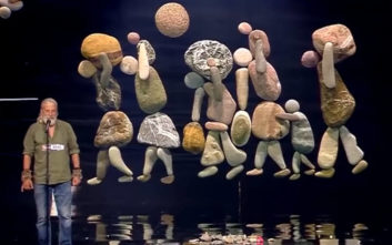 Με πέτρες και βότσαλα αφηγείται το δράμα της πατρίδας του