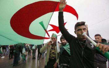 Ένα τεράστιο πλήθος διαδηλωτών στο Αλγέρι ζητά την παραίτηση Μπουτεφλίκα