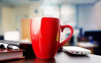Γιατί πρέπει να αποφεύγουμε να πίνουμε καφέ από την κούπα του γραφείου