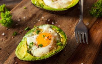 Τηγανητά αβγά με αβοκάντο