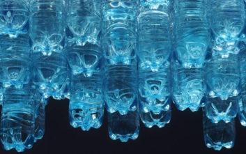 Ένα σπήλαιο από πλαστικό στέλνει μήνυμα για το περιβάλλον