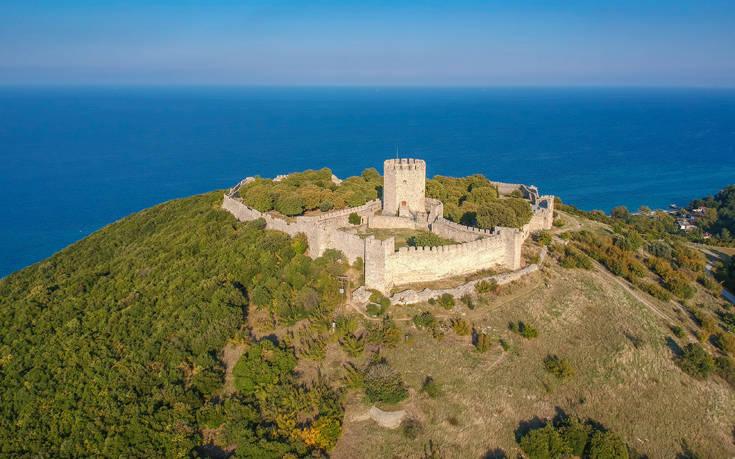 Το επιβλητικό κάστρο του Πλαταμώνα σας ταξιδεύει σε μία άλλη εποχή