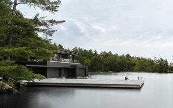 Η κατοικία που ενώ πατάει στη στεριά, μοιάζει να επιπλέει στο νερό
