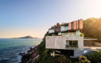 Η εξοχική κατοικία που κλέβει τη δόξα από τη θάλασσα