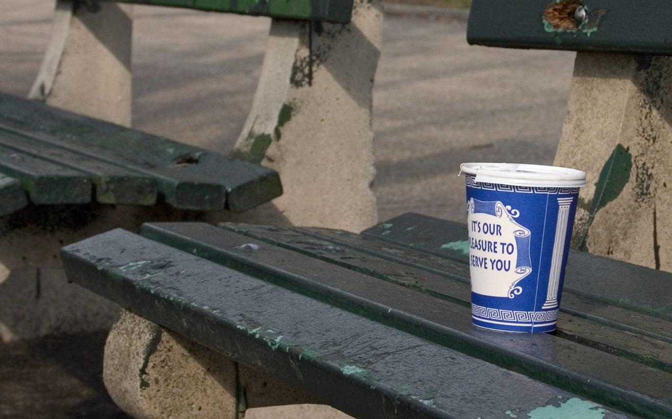 Το χάρτινο ποτήρι με τον ελληνικό χαρακτήρα που έμαθε στους Νεοϋρκέζους τον καφέ στον δρόμο