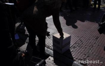 Η ΠΟΕΔΗΝ έστησε κάλπες έξω από τη Βουλή με μήνυμα για τον Πολάκη