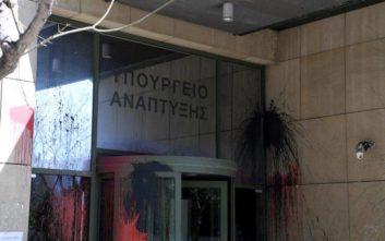 Ο Ρουβίκωνας ανέλαβε την ευθύνη για την επίθεση με μπογιές στο υπουργείο Ανάπτυξης