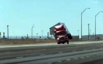 Αέρας ρίχνει φορτηγό σαν να είναι ψεύτικο