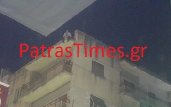 Άνδρας απειλεί να πέσει στο κενό από πολυκατοικία στην Πάτρα