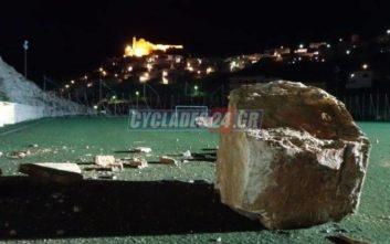 Τεράστιος βράχος έπεσε μέσα σε γήπεδο στη Σύρο