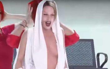 Η σέξι εμφάνιση της Κατερίνας Στικούδη ως Κάιλι Μινόγκ