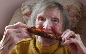 Ηλικιωμένη έσπασε τον ιερό όρκο και δοκίμασε πίτσα για πρώτη φορά στα… 94 της