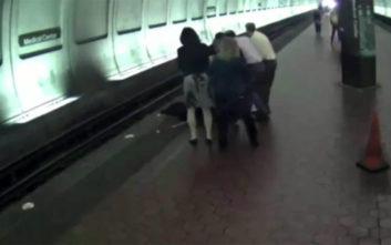 Η δραματική στιγμή που τυφλός άντρας πέφτει από την αποβάθρα στις ράγες του μετρό