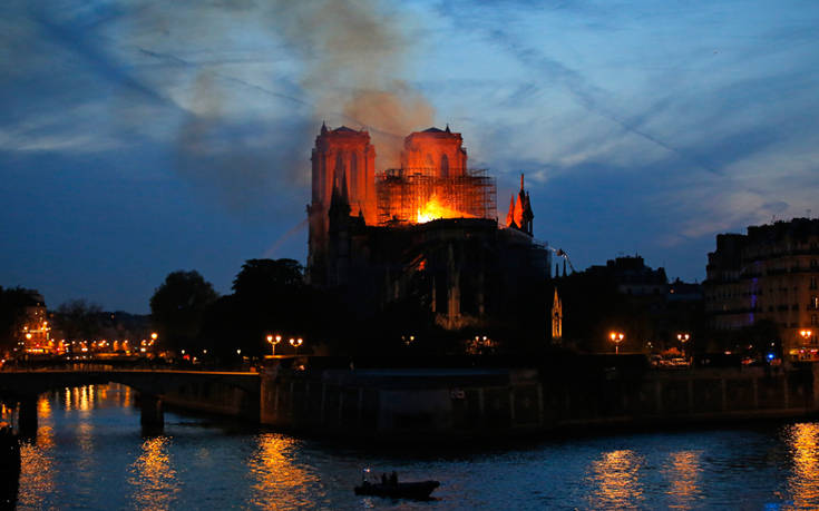 Σώθηκε από ολική καταστροφή το οικοδόμημα της Παναγίας των Παρισίων
