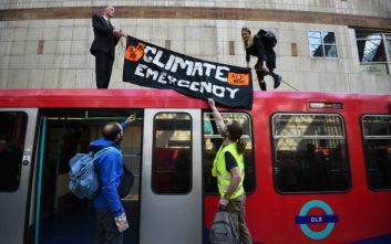 Ακτιβιστές για το κλίμα ανέβηκαν σε οροφή τρένου στο Λονδίνο