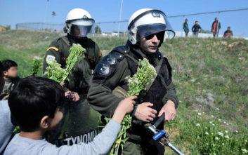 Προσφυγόπουλα προσέφεραν λουλούδια στους αστυνομικούς των ΜΑΤ στα Διαβατά