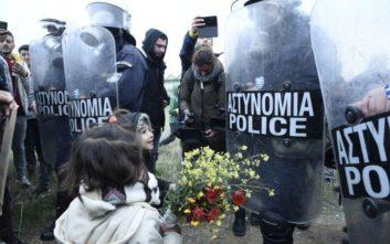 Προσφυγόπουλα προσέφεραν ξανά λουλούδια στους αστυνομικούς